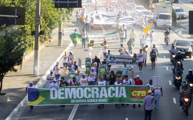 Manifestantes contrários ao impeachment bloqueiam rodovias em 16 Estados e DF