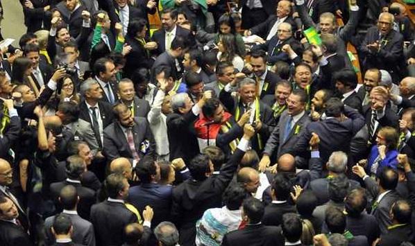 Com 342 votos, Câmara dos Deputados aprova impeachment de Dilma Rousseff