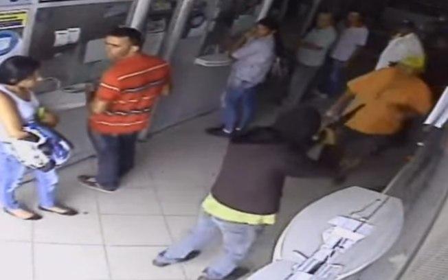 Homem 'pede licença' a bandidos e escapa de assalto a casa lotérica