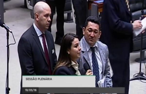 Blog diz que Mariana Carvalho levou condenado por tráfico para plenário da Câmara dos Deputados