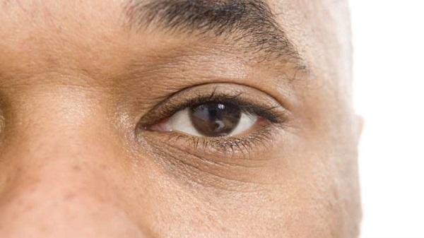 Após 40 anos, homem volta a ver com ajuda de olho biônico