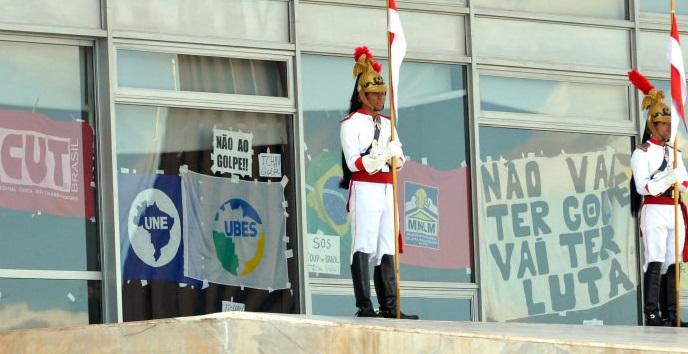 Baderneiros pró-governo ocupam Planalto