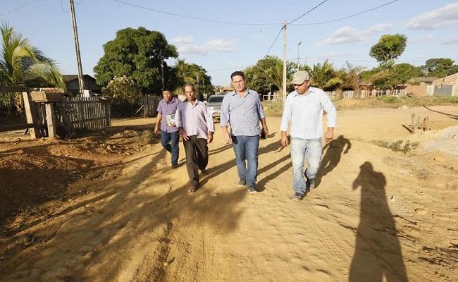 Maurão acompanha assinatura de ordem de serviço para recuperação de  ruas em Buritis