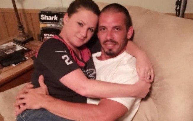 Mulher abandona emprego para amamentar o namorado em casa