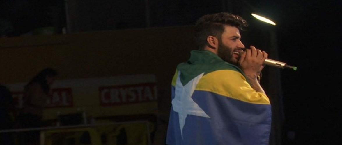 Gusttavo Lima faz show na Expoari com bandeira de RO e fã mirim no colo