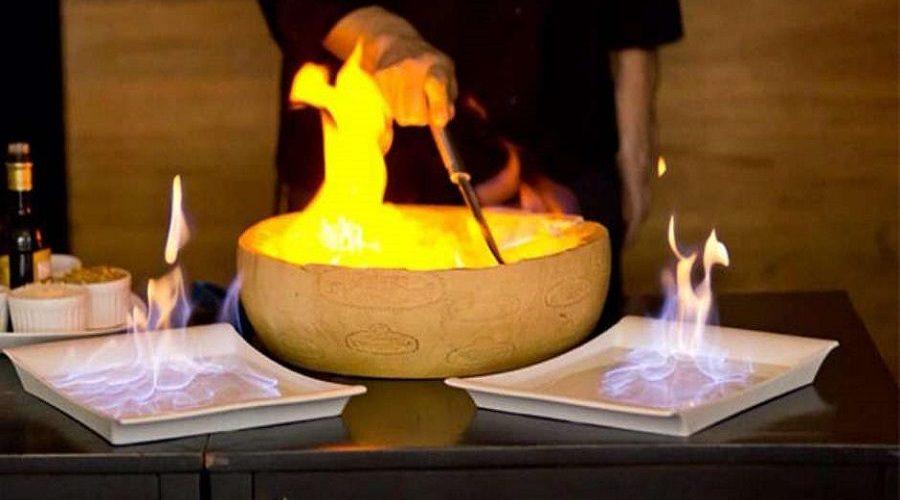 'Spaguete al Formaggio' macarrão dentro do queijo parmesão