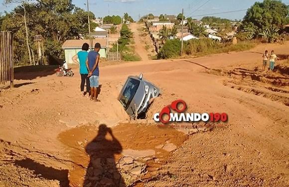 Idoso entra com carro em uma vala e culpa CAERD