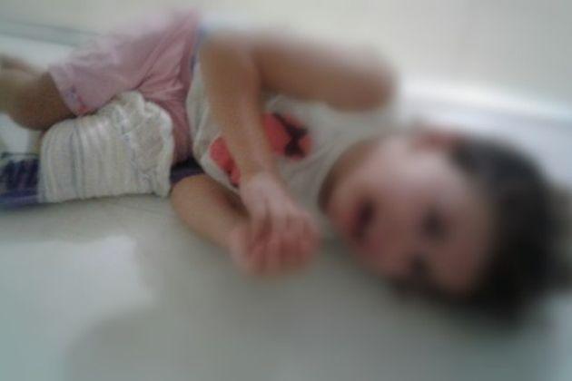 Criança de 3 anos, deficiente, é jogada na parede pelo próprio pai
