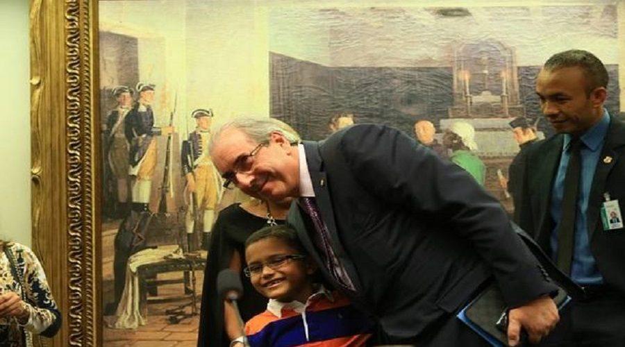 Fã mirim de Eduardo Cunha realiza sonho de conhecer deputado afastado