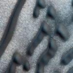 linhas e os pontos aparecem em uma depressão circular de Marte