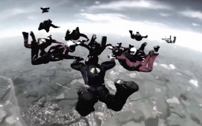 Dois paraquedistas morrem após se chocarem durante salto
