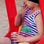 menino de 5 anos fumando e bebendo cerveja