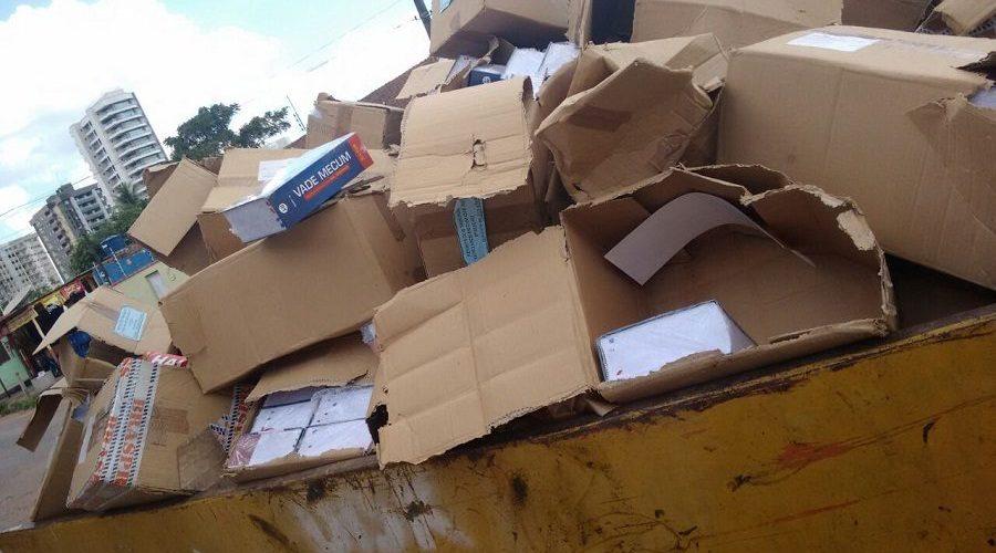 Defensoria de Rondônia joga uma caçamba de livros no lixo