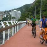 Ciclistas furam bloqueio e andam em ciclovia que desabou no Rio