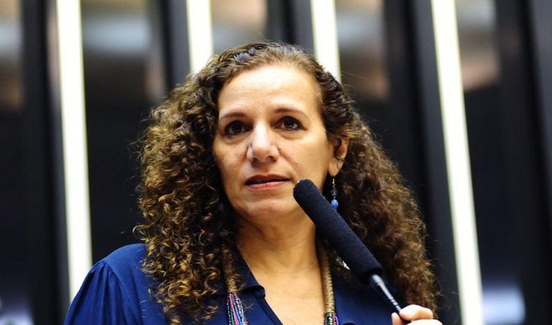 Jandira critica Bolsonaro por tê-la impedido de socorrer o filho dele