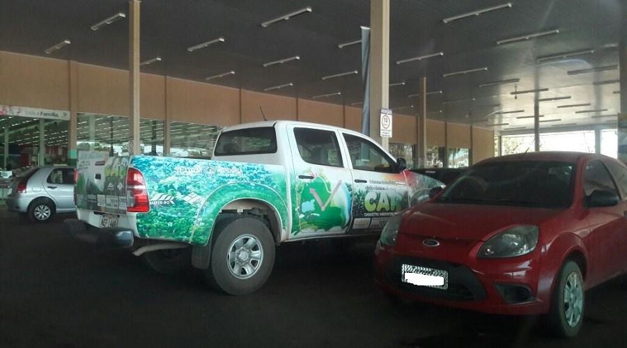Camionete da Sedam é flagrada em supermercado de Ariquemes