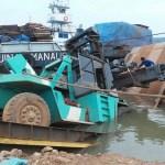 Barranco cede e empilhadeira de 40 toneladas cai no Rio Madeira
