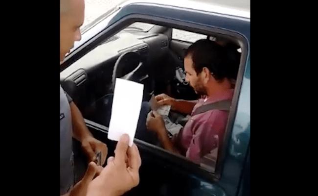 Família paga conta de posto com papel e diz à polícia que é dinheiro; veja