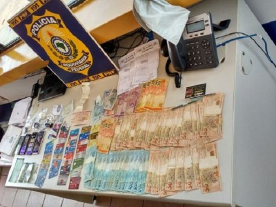 Trio suspeito de estelionato é preso com R$ 25 mil e diversos cartões clonados na BR-364