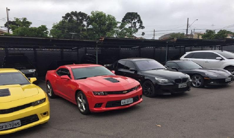 Ex-funcionário suspeito de desviar dinheiro de restaurante é preso com 15 carros de luxo