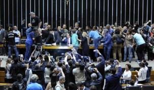 Manifestantes invadem Câmara dos Deputados e pedem intervenção militar