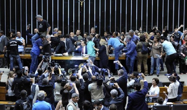 Câmara exclui parentes de políticos do projeto de repatriação de recursos