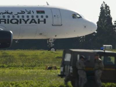 Avião com 118 pessoas a bordo é sequestrado
