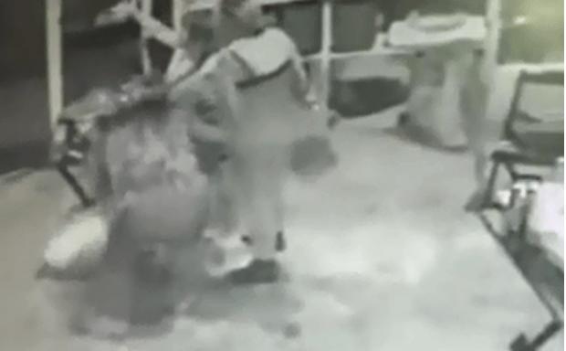 Irritada com barulho de festa, policial atira e acerta convidada