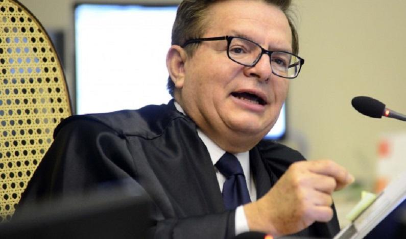 O duelo entre os juízes provocou risos na plateia e foi preciso que o ministro Francisco Falcão interviesse.
