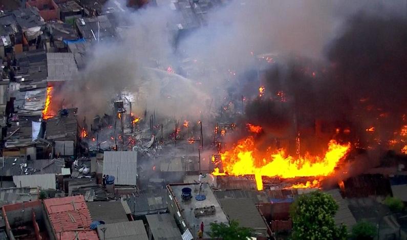 Incêndio de grande proporção atinge comunidade em São Paulo