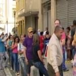 Falta de salário faz servidores enfrentarem fila por cestas básicas