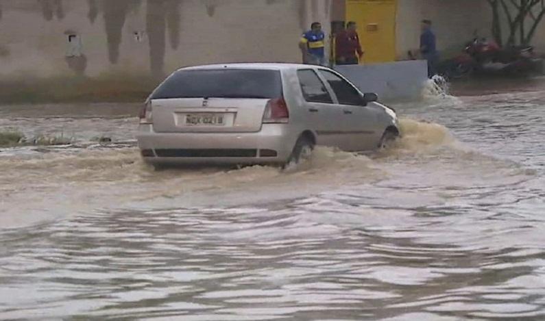 Chuva causa pontos de alagamento em várias ruas de Porto Velho