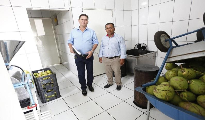 Maurão conhece a Agroindústria da Roça, que engarrafa sucos, água de coco e caldo de cana