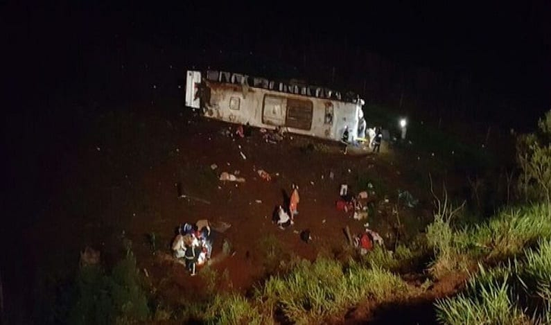 Ônibus cai em ribanceira e deixa dez mortos no Paraná