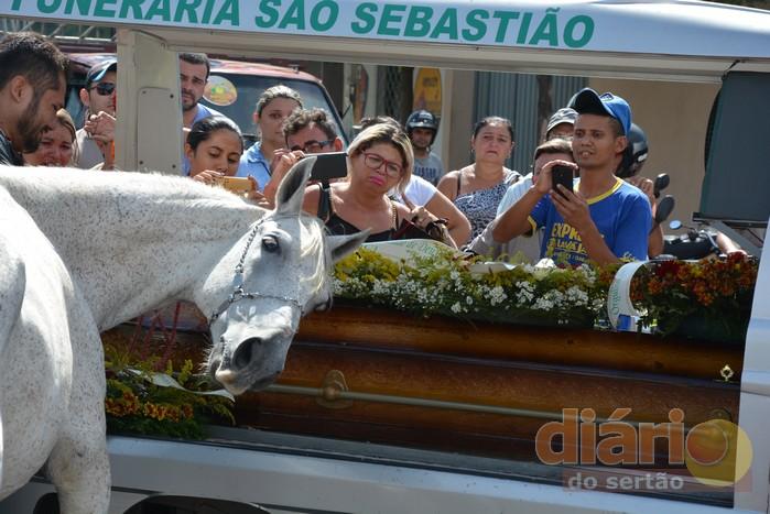 Cavalo se despede do dono morto na PB e vídeo viraliza; veja