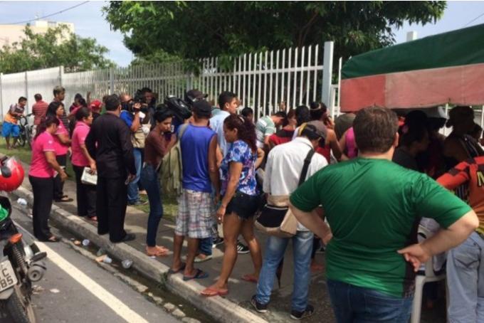Parentes se desesperam no IML de Manaus com falta de informações sobre mortos