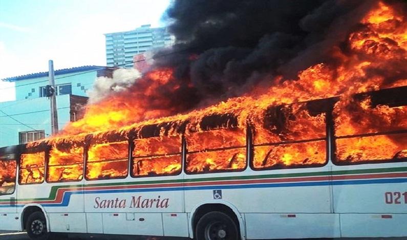 Ônibus é incendiado e carro do governo leva tiros em Natal; veja vídeo