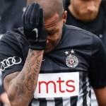 Jogador brasileiro sai chorando após ser alvo de racismo em clássico da Sérvia