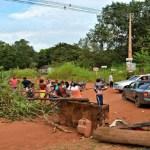 Moradores fecham Estrada da Penal por falta de ônibus escolar em RO