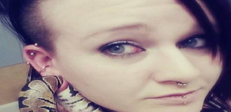 Mulher acaba em hospital após ficar com cobra de estimação presa no lóbulo da orelha