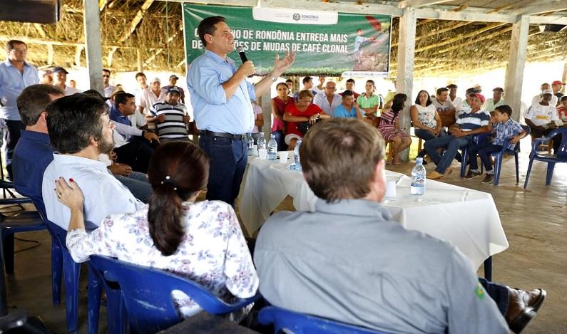 Maurão inaugura barracão e entrega equipamentos à produtores rurais de Rolim de Moura