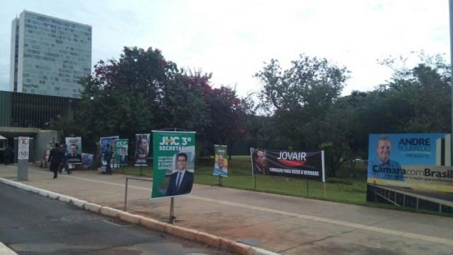 Anexo da Câmara com propaganda a candidatos à presidência (Foto: Vinícius de Souza/G1)