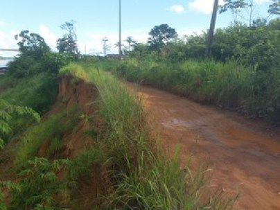 Estrada do Ramal Maravilha também ameaça desbarrancar, segundo atestou a Defesa Civil (Foto: Toni Francis/G1)