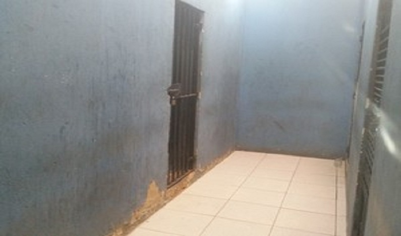 Mulher recusa deixar cela após ser presa por danificar janela do aeroporto de Porto Velho