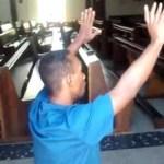 Ladrão detido por moradores no Rio é obrigado a pedir perdão a Deus; vídeo