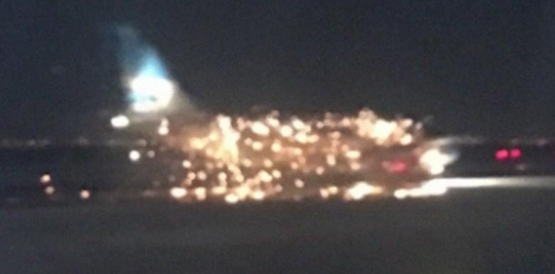 Avião pega fogo em aeroporto de Nova York; vídeo
