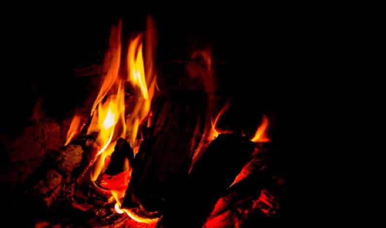 Mulher morre após ser jogada em fogueira por grupo religioso