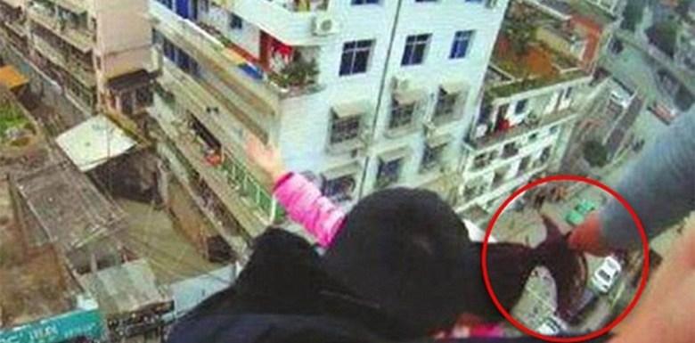 Mulher tenta suicídio mas é salva pelo marido, que a agarra pelos cabelos; vídeo