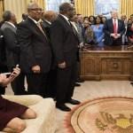 Assessora de Trump é criticada por botar pés sobre sofá do Salão Oval