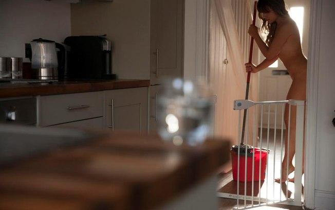 Mulher cobra R$ 175 por hora para fazer faxina totalmente nua
